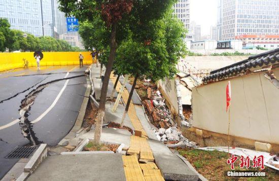 最全送彩金白菜网站一路面出现大面积塌陷 车道下陷围墙开裂