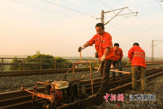 """铁路工人积极应对""""秋老虎"""""""