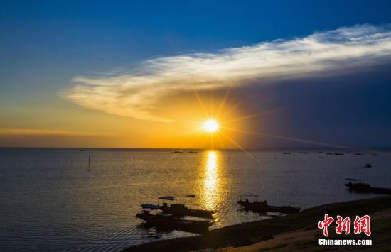 鄱阳湖畔现绚丽晚霞 美如画卷
