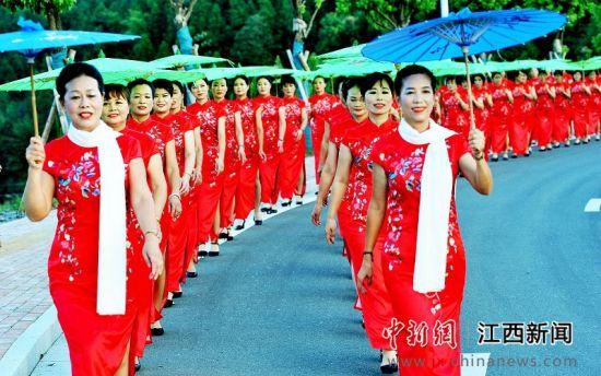 龙8国际娱乐手机登录德兴:乡村大妈秀旗袍助力农家文化