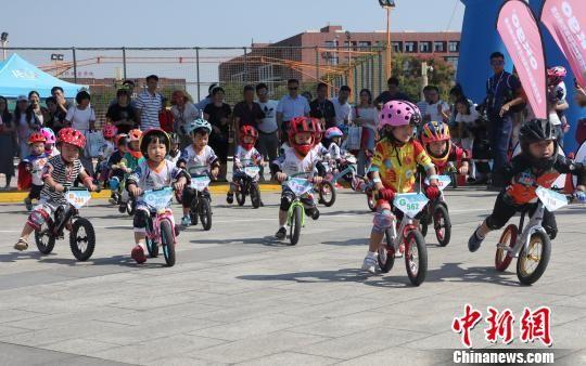 可爱!萌娃骑手比拼儿童平衡车赛