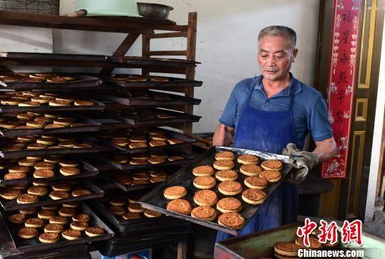 柴锅土灶木甑 龙8国际娱乐手机登录婺源手工传统月饼飘香
