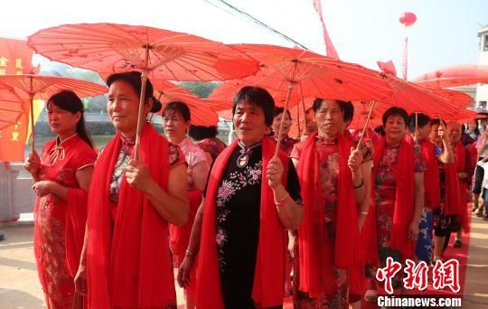 龙8国际娱乐手机登录农村外嫁女集体回娘家:穿旗袍 庆团圆