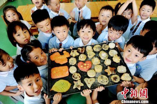 注册送白菜网萌宝制作月饼送爸妈 图案创意有童趣