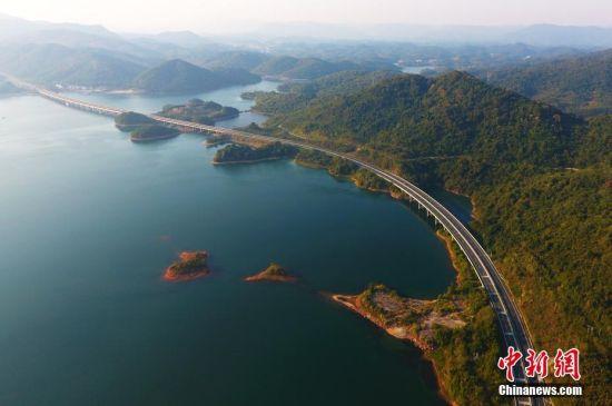 航拍九江庐山西海秋意渐浓 高速公路蜿蜒其中