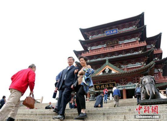重阳节:龙8国际娱乐网址民众滕王阁登高祈福