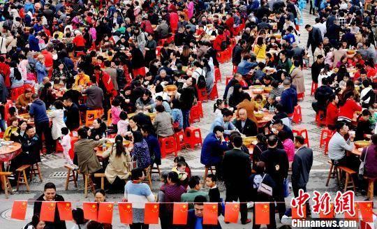 龙8国际娱乐手机登录广丰千人同尝芋头盛宴 场面壮观