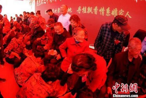 龙8国际娱乐手机登录七旬外嫁女为九旬父亲洗脚行孝令人动容