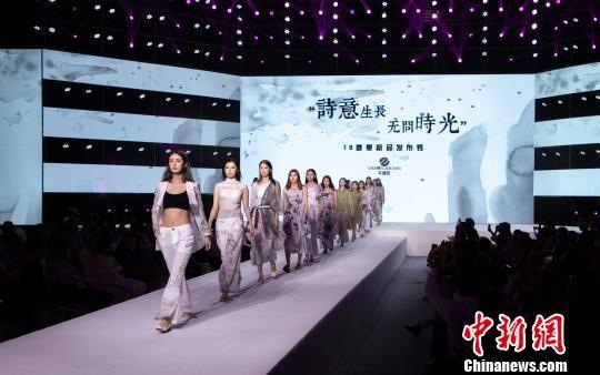 """2018龙8国际娱乐手机登录国际麻纺博览会:""""中国草""""秀时尚"""