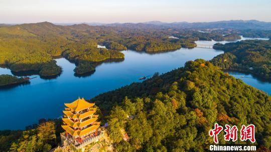 航拍深秋龙8国际娱乐手机登录仙女湖 色彩缤纷如调色盘
