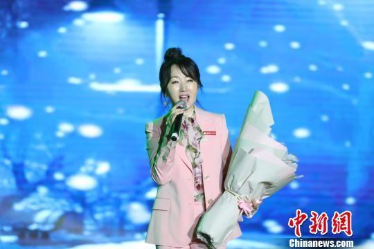 杨钰莹回龙8国际娱乐网址母校参加校庆 献唱多首经典曲目