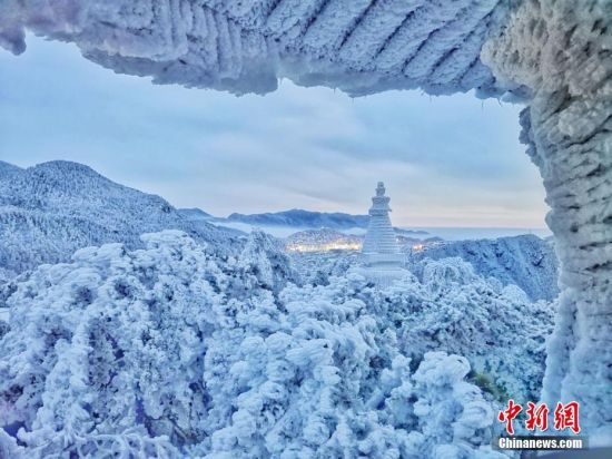 苍山负雪千岩一素 雪霁庐山成童话世界