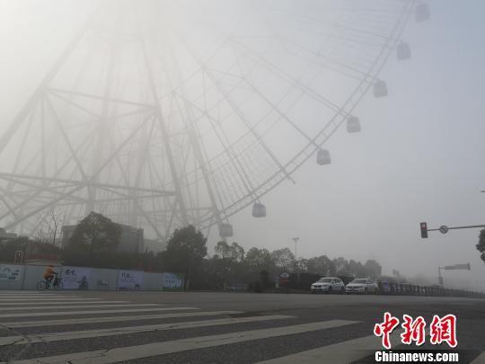浓雾笼罩龙8国际娱乐网址 160米高龙8国际娱乐网址之星摩天轮隐身