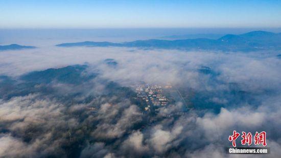 航拍龙8国际娱乐手机登录仙女湖平流雾 云海壮阔渔舟入画