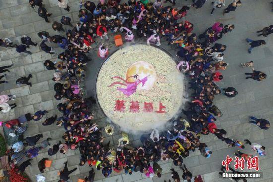 龙8国际娱乐手机登录直径8米巨锅蒸8.8万块发糕送游客