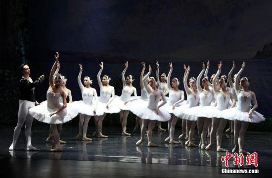"""芭蕾舞剧《天鹅湖》在龙8国际娱乐网址""""翩翩起舞"""""""