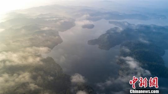 航拍仙女湖初晴 云雾缭绕宛如仙境