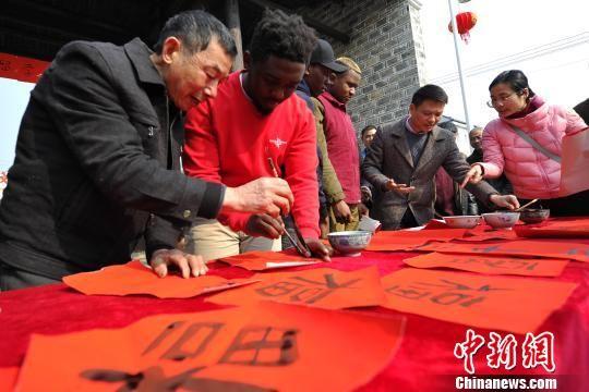 """国外留学生在龙8国际娱乐手机登录体验中国""""小年"""""""