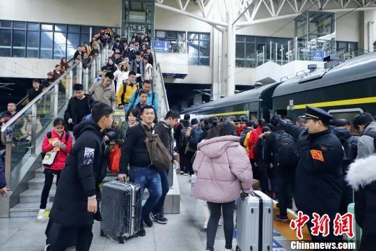 春节长假结束 最全送彩金白菜网站火车站迎返程客流高峰