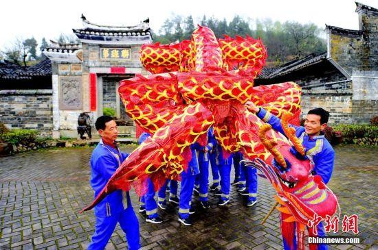 """龙8国际娱乐手机登录会昌畲族村""""摆字龙灯""""闹新春"""