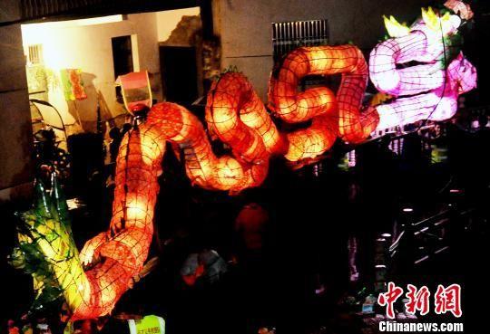 龙8国际娱乐手机登录300余名农民舞长龙闹新春迎元宵
