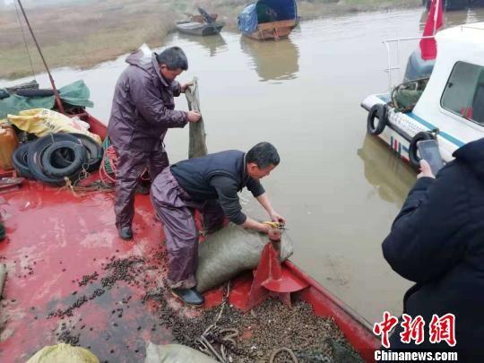 永修公安抓获8艘非法捕捞螺蛳渔船 刑拘10人