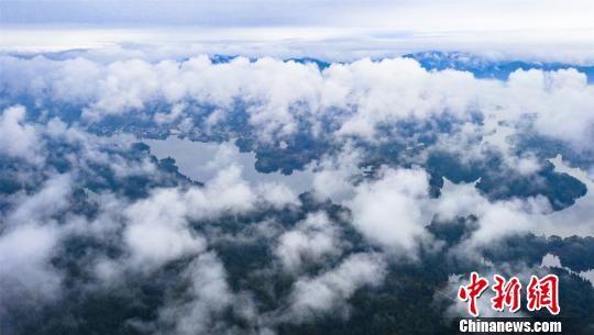 航拍2018新开户送体验金仙女湖渔舟穿梭 云雾缭绕如仙境