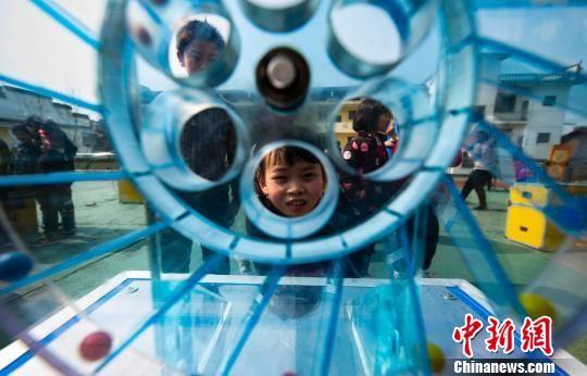 科普大篷车走进2018新开户送体验金山村 学童体验科技展品