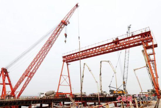 安九铁路鳊鱼洲长江大桥主塔墩围堰完成封底