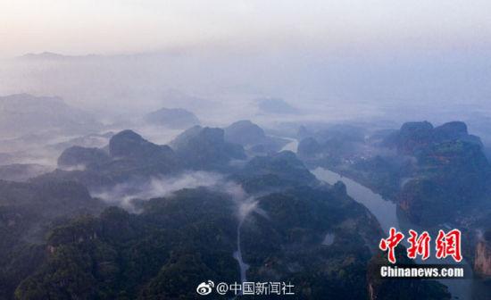 航拍龙8国际娱乐手机登录龙虎山云雾缭绕 宛若天然水墨丹青画