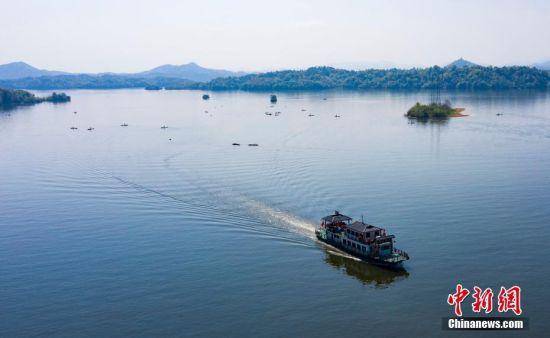 """航拍仙女湖 游客""""围观""""渔民水上春管景观"""