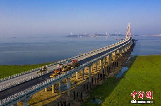 龙8国际娱乐手机登录鄱阳湖二桥摊铺桥面沥青