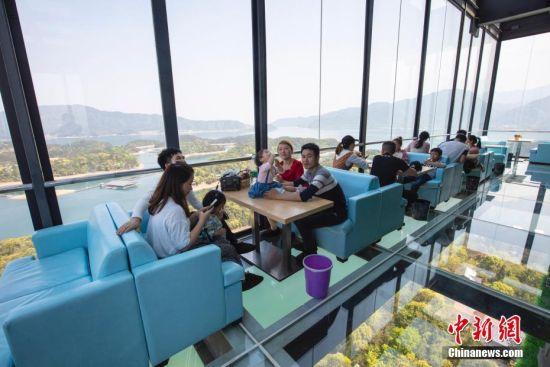 庐山西海建99米高空咖啡屋 游客