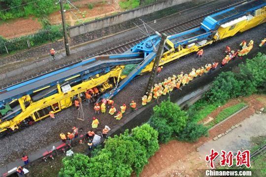 沪昆铁路龙8国际娱乐手机登录段进行集中修施工作业