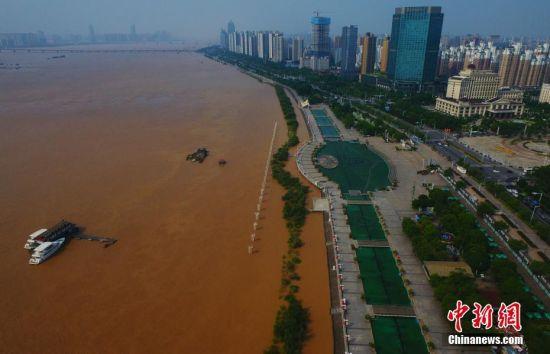 持续强降雨致江西赣江水位暴涨