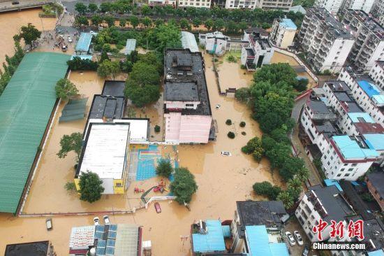 暴雨致(zhi)內澇 航拍江西崇(chong)義縣城區積水嚴重