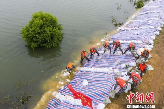 鄱陽(yang)湖(hu)水位持續上漲︰加(jia)固大堤保(bao)安全