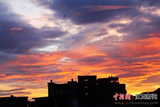 """江(jiang)西遂川︰持續高溫""""燒(shao)""""出絕美朝(chao)霞"""