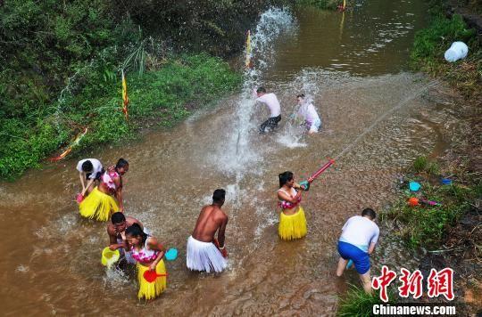 "游(you)客山澗""打水(shui)仗(zhang)""享(xiang)受清涼一""夏"""