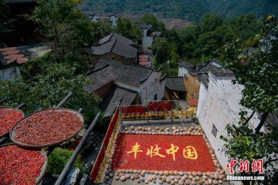 航拍(pai)江(jiang)西徽派古村豐收季 村民