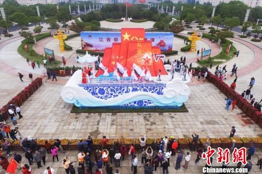 """金色贛鄱""江西彩(cai)車亮(liang)相南昌(chang)引圍(wei)觀"