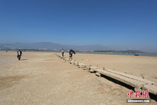 鄱陽湖水位持(chi)續走低 湖底600年古橋露真容