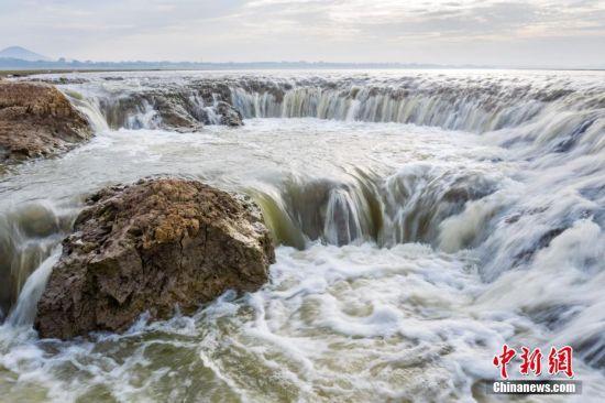 """江西(xi)鄱陽湖濕地現(xian)""""瀑布""""奇觀"""