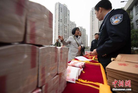 江西(xi)警方為13個省市(shi)受(shou)害者(zhe)發還網(wang)絡(luo)詐騙贓款