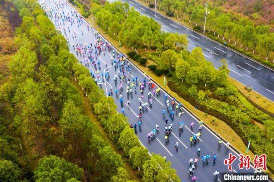 江(jiang)西仙女湖國際馬拉松開跑