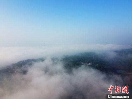 航拍江西泰(tai)和縣(xian)城︰半城迷霧半仙境