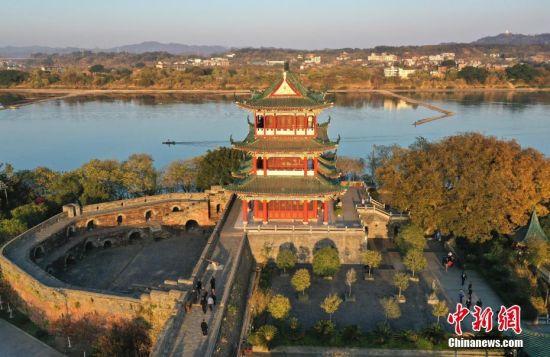航拍江西贛(gan)州古(gu)城(cheng)牆上(shang)郁(yu)孤台與八境(jing)台
