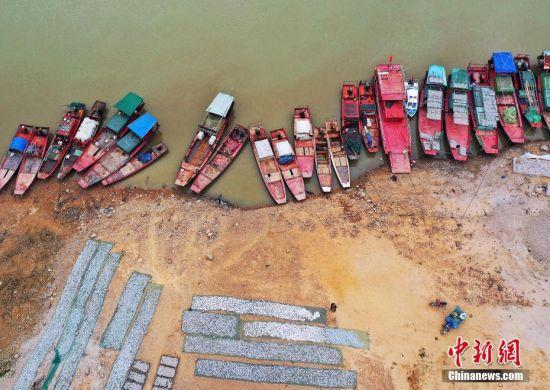 航拍鄱陽湖畔漁民曬魚忙 成湖區(qu)獨特風景(jing)線(xian)