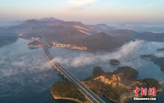 鳥瞰江(jiang)西最美水(shui)上高(gao)速公路 雲(yun)浪翻飛蔚為壯觀