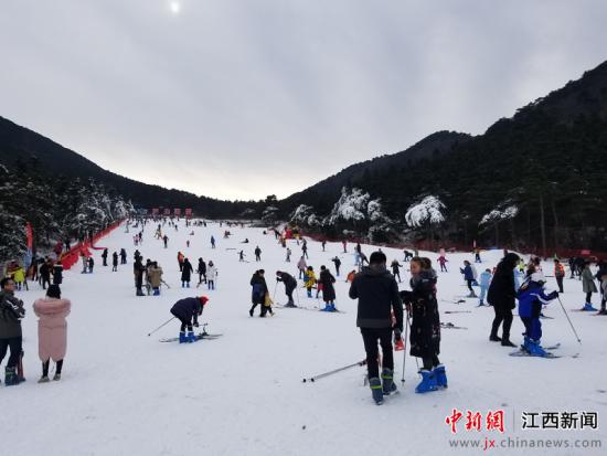 """滑(hua)雪、賞(shang) (song)、泡泉 廬山(shan)""""冰(bing)雪嘉年(nian)華""""啟幕"""